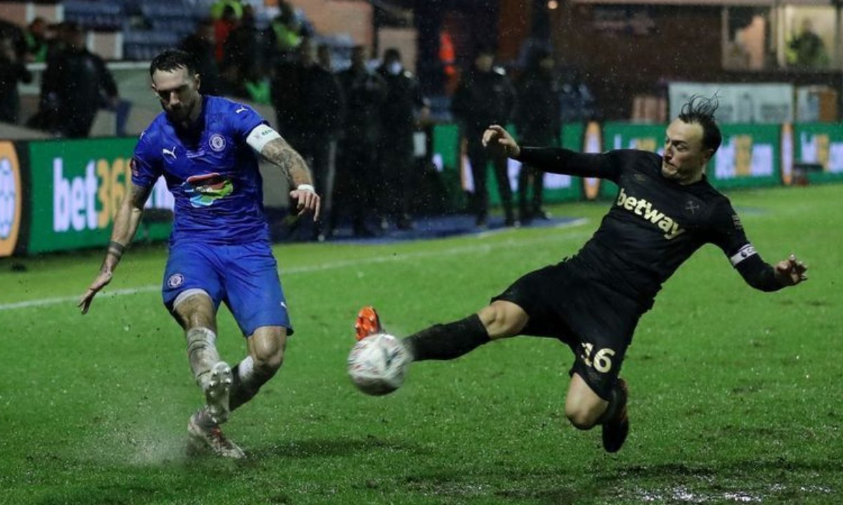 West Ham scrapes through to 1-0 win at Stockport in FA Cup